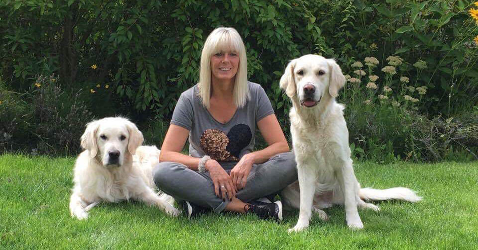 Hundetrainerin Melanie Rose mit ihren beiden Golden Retrievern